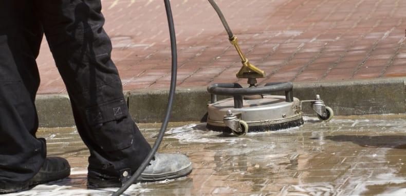 Bruk zbrukany olejem – jak pozbyć się plam oleju z kostki polbrukowej?