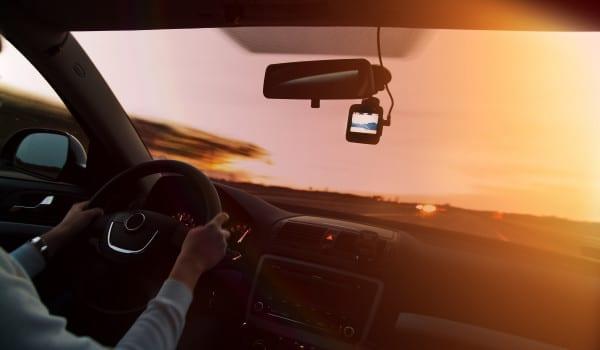 Każda firma zarządzająca flotą samochodową staje przed wyzwaniem: w jaki sposób zapewnić bezpieczeństwo kierowców oraz pojazdów, a także w jaki sposób ograniczyć koszty ubezpieczeń i napraw?