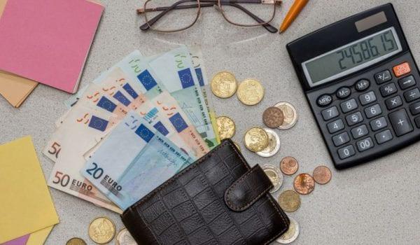 Walutę potrzebną do opłacenia faktury w euro możemy wymienić w banku, w którym mamy firmowe konto. Taka transakcja jest uznawana za najbezpieczniejszą, ale również najmniej opłacalną.