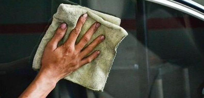 Mycie szyb samochodu