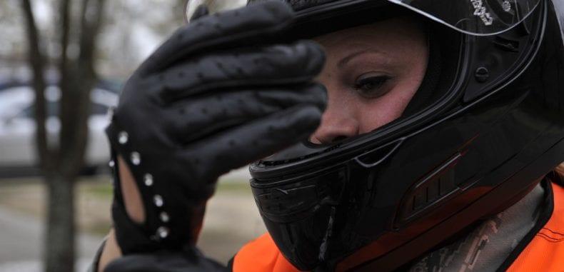 Tylko dobry kask ochroni głowę motocyklisty