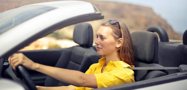 Planujesz wypożyczyć samochód na urlop? Zajrzyj do naszego poradnika!