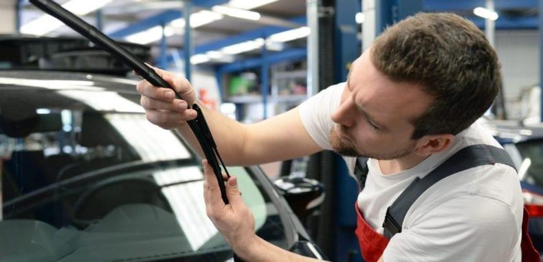 Jak rozpoznać kiedy należy wymienić wycieraczki w samochodzie? Dlaczego to takie ważne?