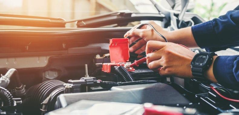 Jak odłączyć i podłączyć akumulator w aucie? W jaki sposób naładować akumulator?