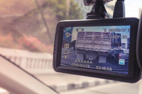 Czym zasilać kamerę samochodową?