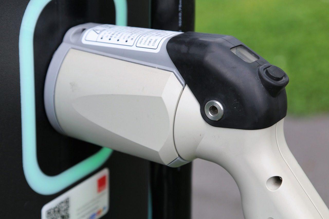 Poznajmy nowoczesne stacje ładowania aut elektrycznych typu 2w1
