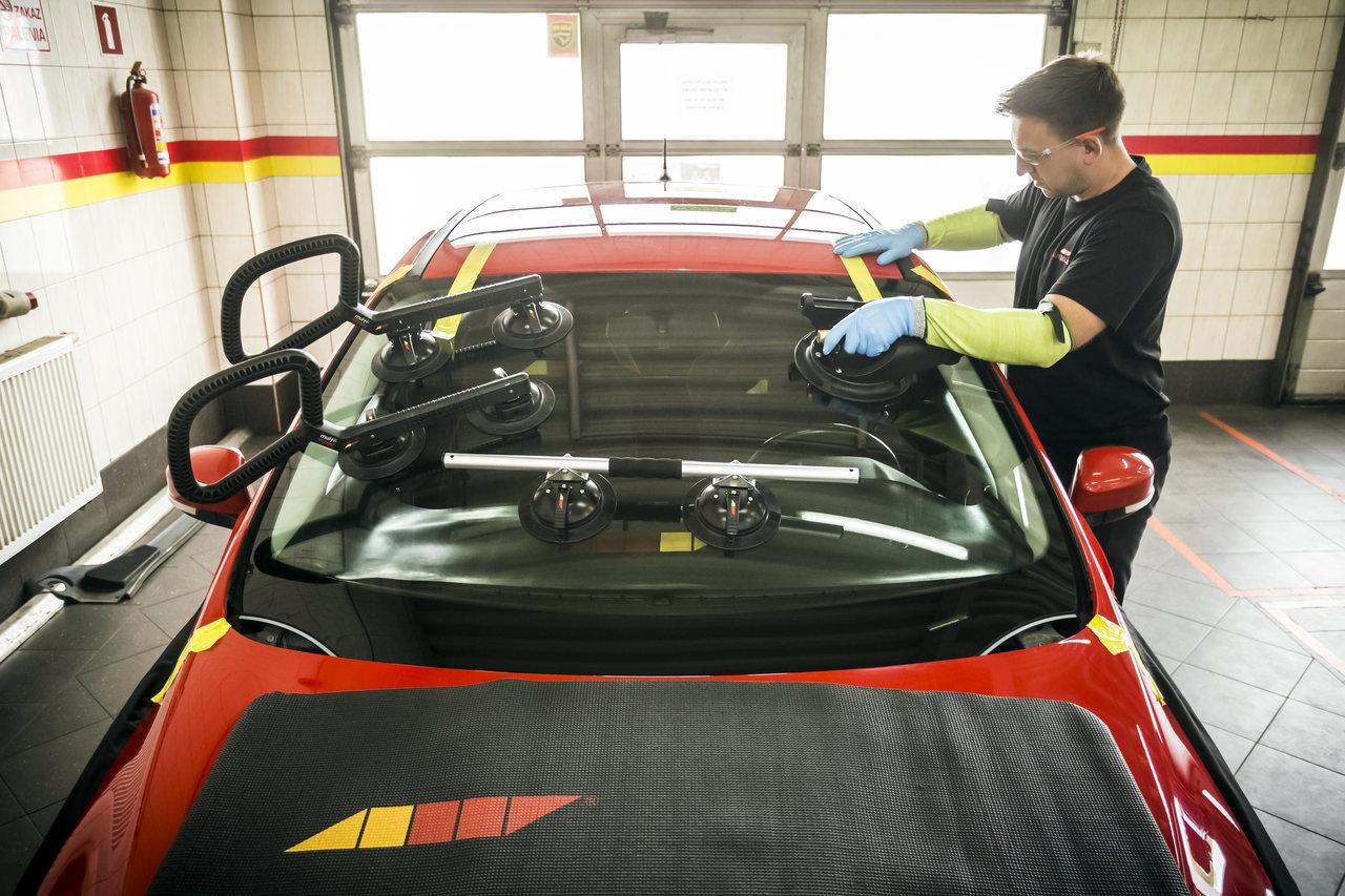 Wymiana przedniej szyby samochodowej – kiedy jest konieczna?